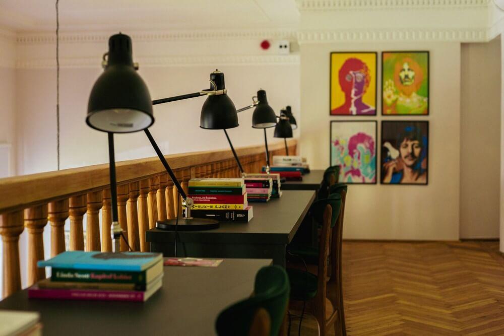 fotografia: rząd stolików z książkami i lampami