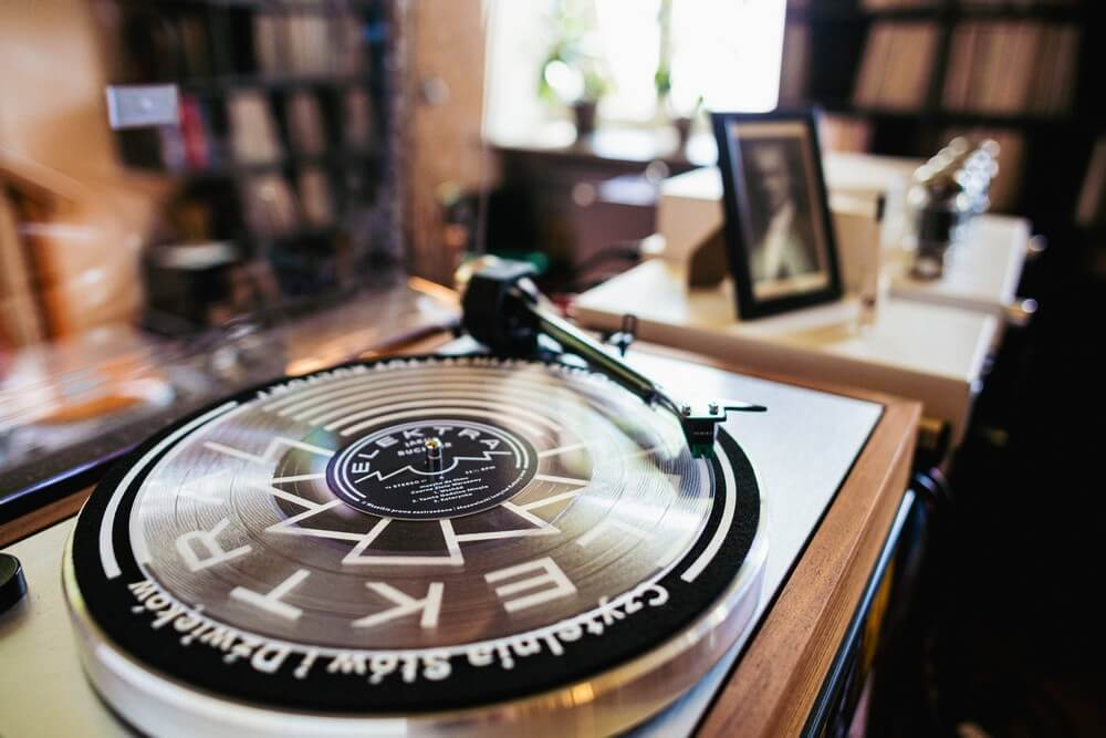 fotografia: zbliżenie na tarczę gramofonu na której leży płyta winylowa