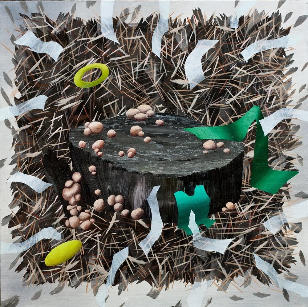 Zdjęcie przedstawia kwadratowy obraz z przewagą brązów. Centralnie widnieje ścięty pień drzewa, porośnięty grzybem. Dookoła niego elementy ściółki: rozrzucone formy przypominające igły z drzew lub drobne patyki oraz abstrakcyjne formy przypominające pocięte kawałki papieru.