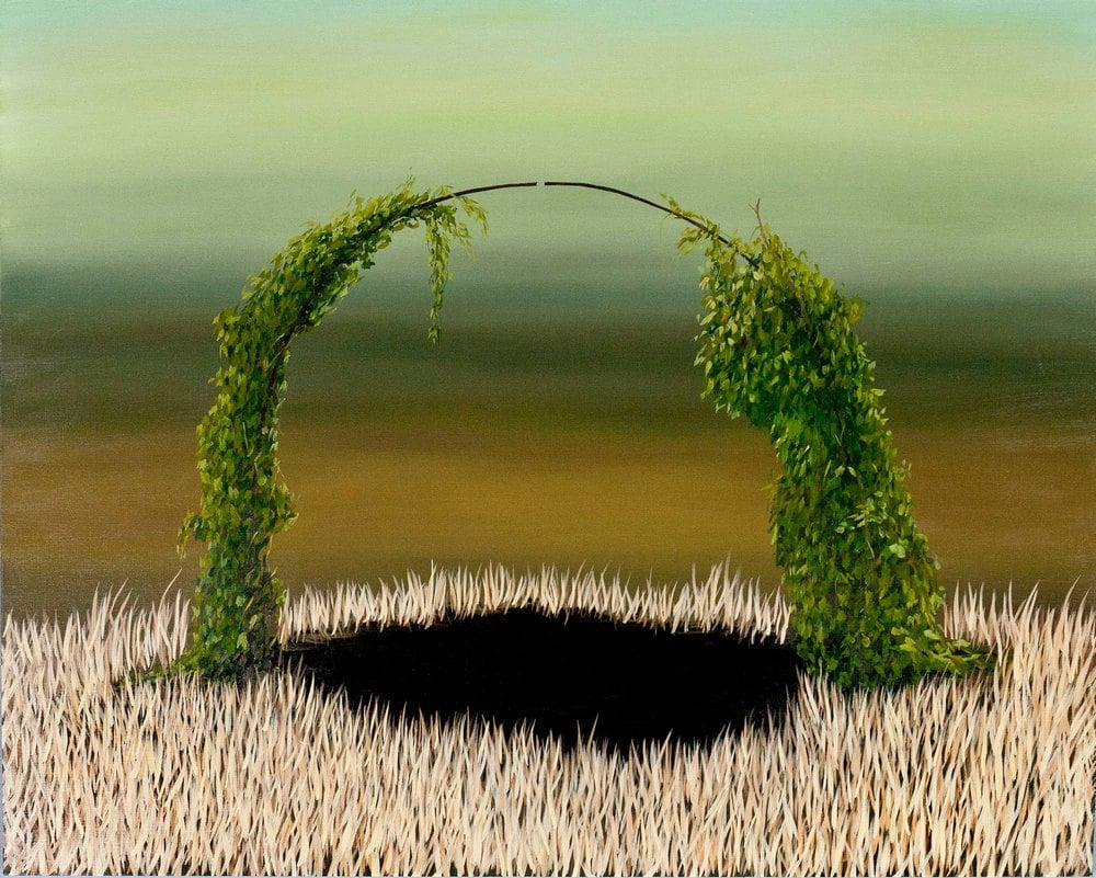 cienki półkolisty pałąk obrośnięty zielonym pnączem