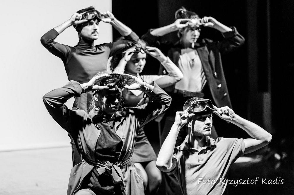 fotografia: pięć osób stoi obok siebie, na głowach mają okulary narciarskie