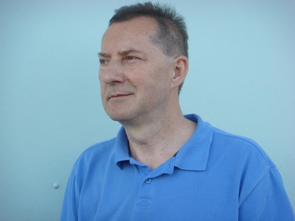 fotografia: portret mężczyzny w niebieskiej koszulce