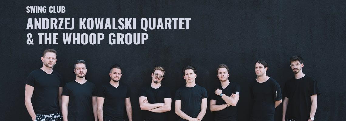 fotografia – muzycy - ośmiu młodych mężczyzn stojących w rzędzie na tle czarnej ściany