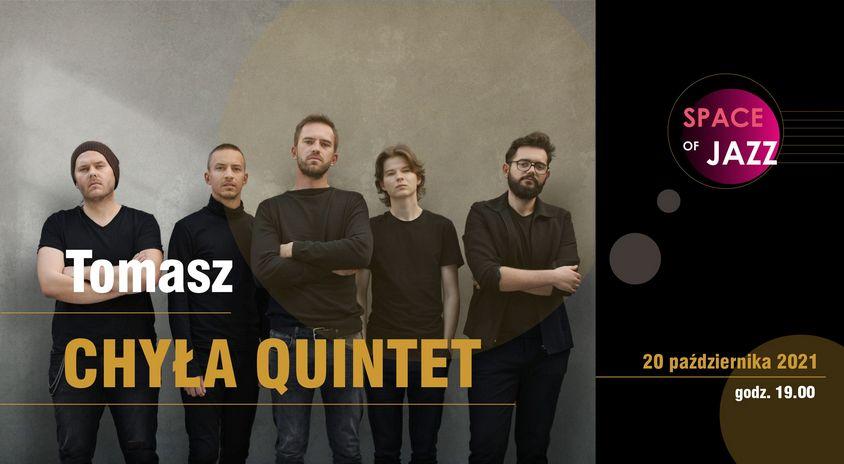 fotografia: pięciu mężczyzn. ubrani na ciemno, stoją obok siebie, patrzą się w obiektyw, napis tomasz chyła quintet