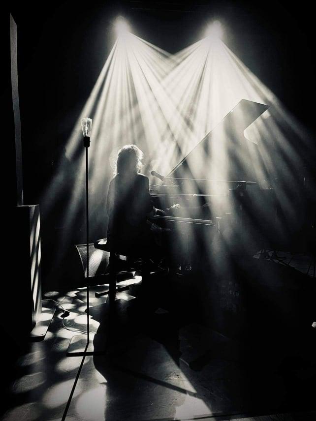 fotografia bovska przy fortepianie