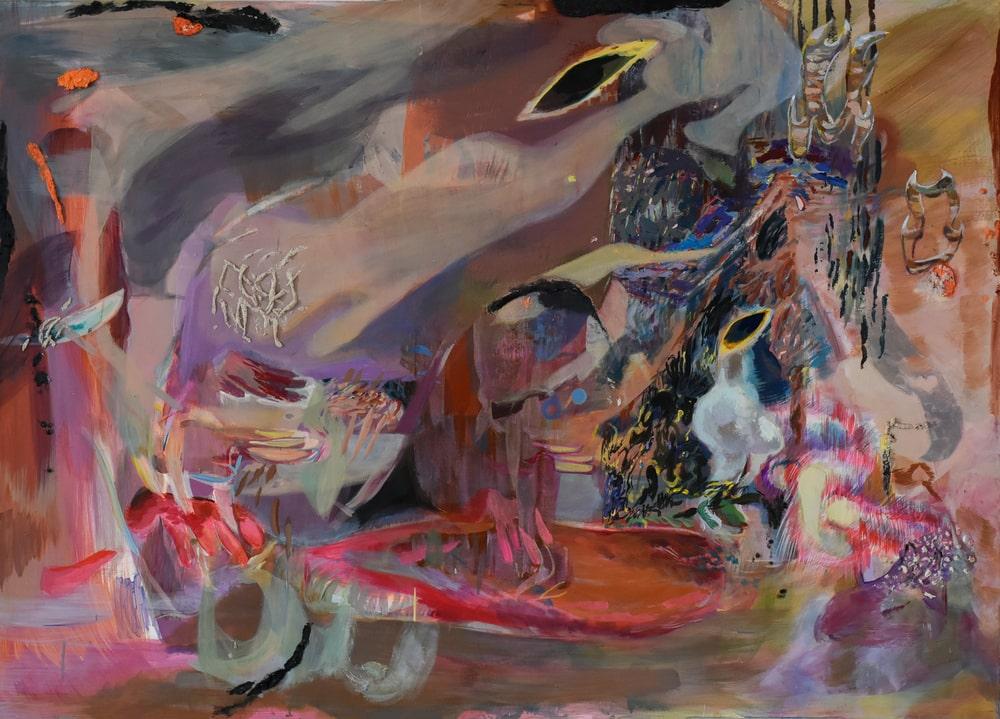 reprodukcja pracy: Karoliny Ptaszkowskiej Madame Trud Zdjęcie przedstawia prostokątny obraz z przewagą różu, fioletu i kolorów ziemi. Kłębią się na nim abstrakcyjne formy i gesty malarskie. Warstwy farby wzajemnie się przenikają