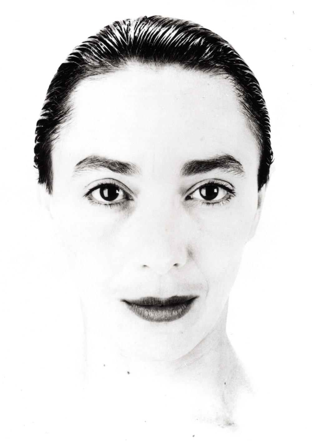 fotografia czarno biała: twarz kobiety na wprost w dużym zbliżeniu