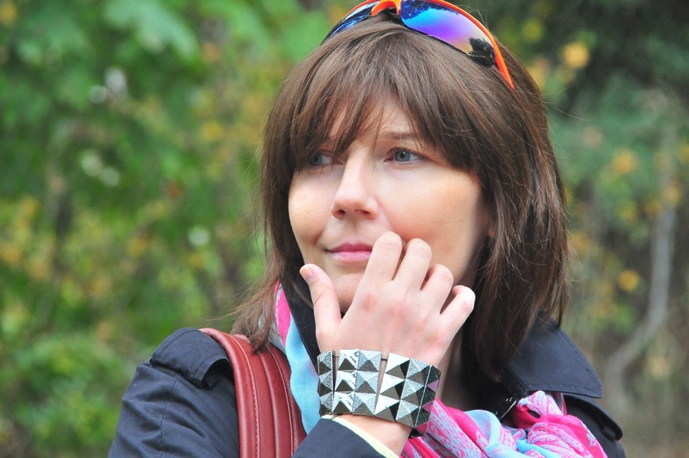 fotografia: Monika Piątkowska, zbliżenie twarzy, kobieta z ciemnymi włosami na głowie okulary przeciwsłoneczne